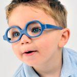 niño con lentes