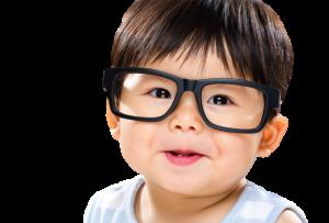 nino con lentes